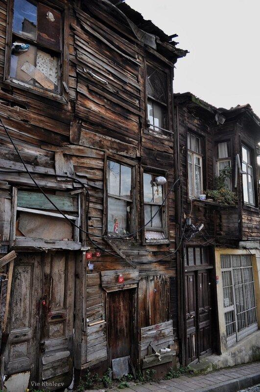 Старенький-старенький, латанный-перелатанный домик в Стамбуле