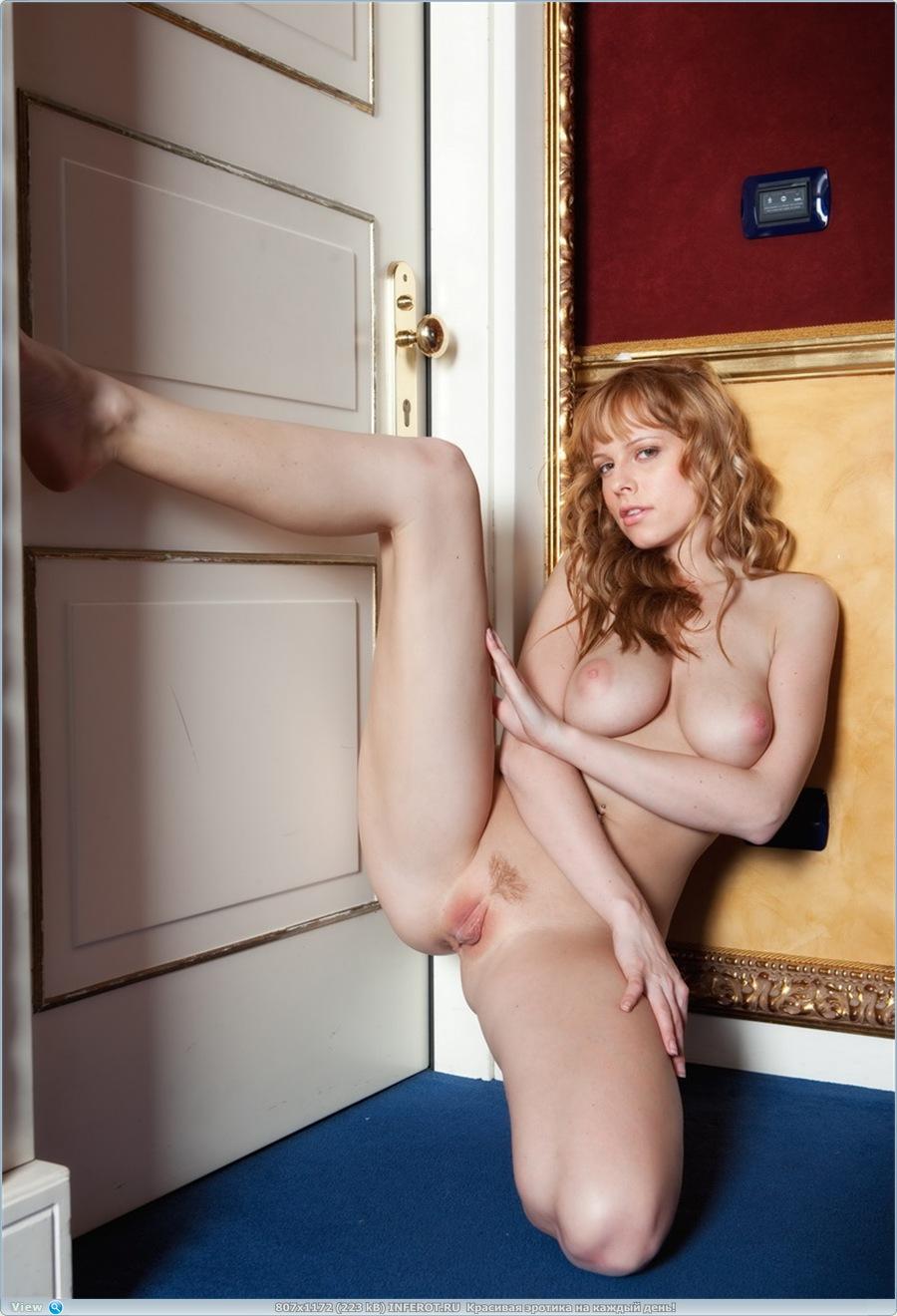 Рыженькая девушка погуляла голенькой в коридоре отеля (20 фото)