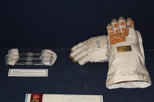 Фиксатор и перчатки
