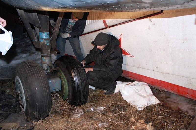 накачка основных колёс шасси Ил-14Т