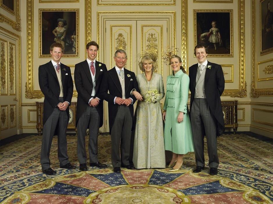 2005: официальное фото в Кларенс-хаус: принц Уэльский и его невеста Камилла, герцогиня Корнуоллская, с детьми (слева направо) принцем Гарри, принцем Уильямом, Лаурой и Томом Паркером Боулсом
