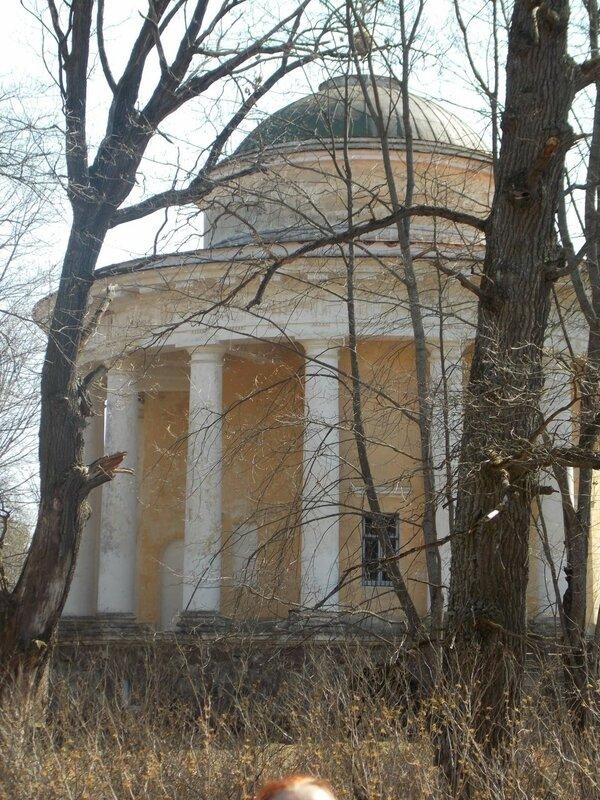 Храм-ротонду в селе Никольском Торжокского района: Церковь воскресения Христова (верхняя) и церковь Николая Угодника (нижняя)