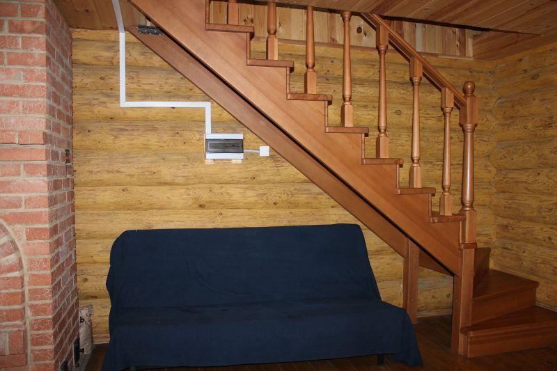 Диван под лестницей