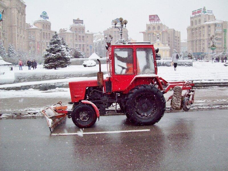 Снегоуборочный трактор на Майдане Незалежности