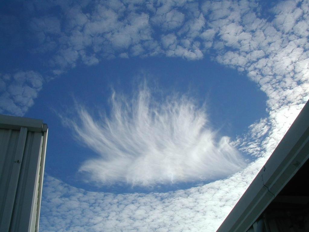 Необычные облака с дырками - Fallstreak