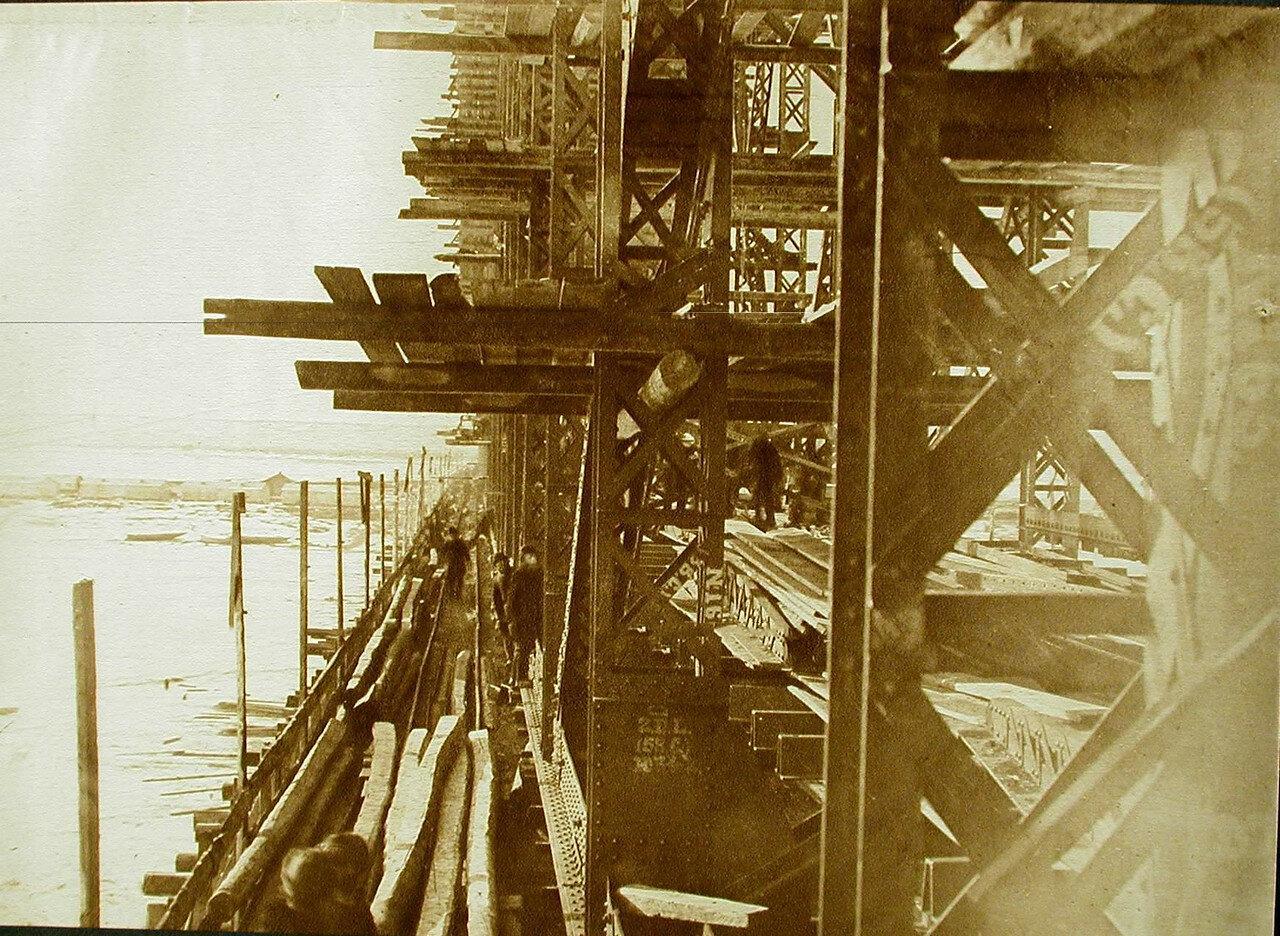 18. Рабочие за сборкой ферм во время строительства моста через р. Зею (вид сбоку)