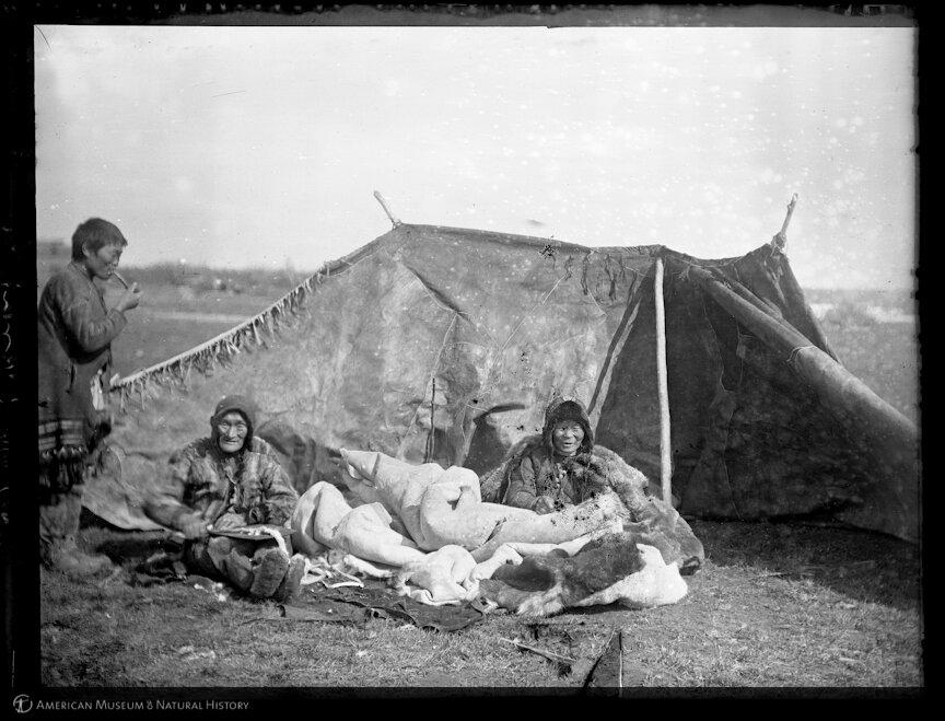 Юкагиры. Женщины за шитьем