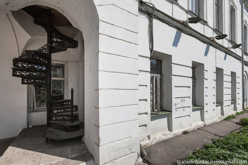 Винтовая лестница на второй уровень главного здания усадьбы Ивановское