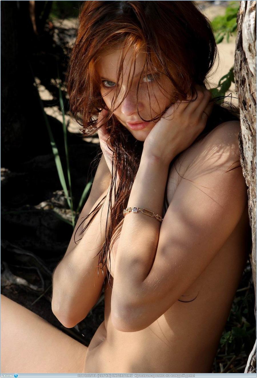 Красотка на пляже у старого дерева... (15 фото)