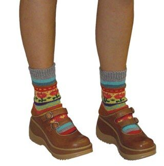 Полосатые носки, связанные спицами жаккардовым узором