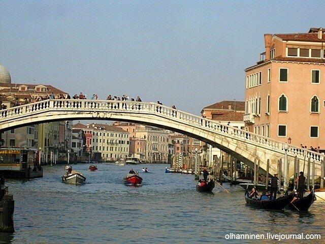 Катера и гондолы на Большом Канале в Венеции напротив железнодорожного вокзала Санта-Лючия