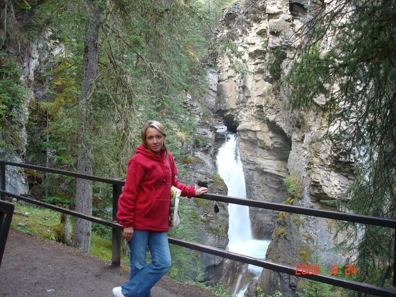Канада. Прорвавшийся сквозь скалы водопад.