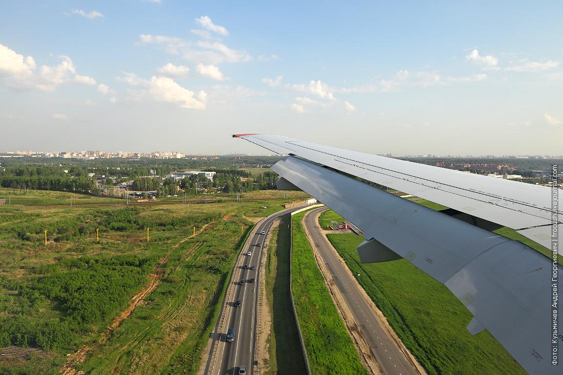 фото Sukhoi Superjet 100 вид из иллюминатора при посадке в Шереметьево