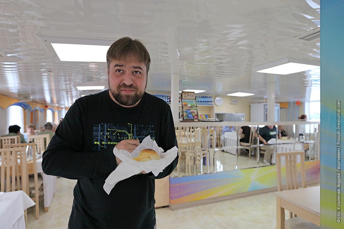 Денис с булочкой в ресторане теплохода Русь Великая