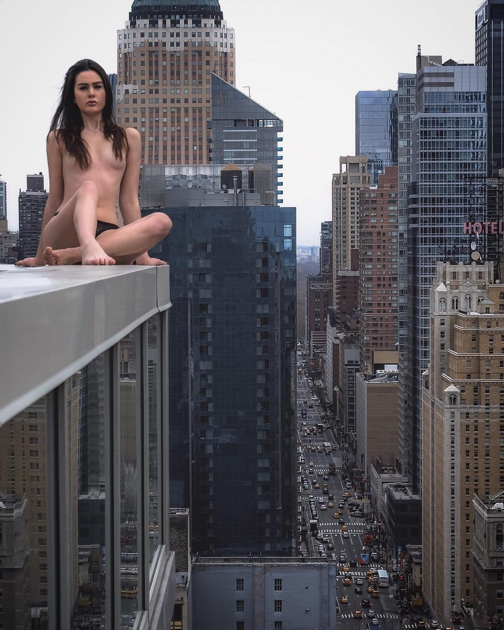 Голые на крыше 11 фотография