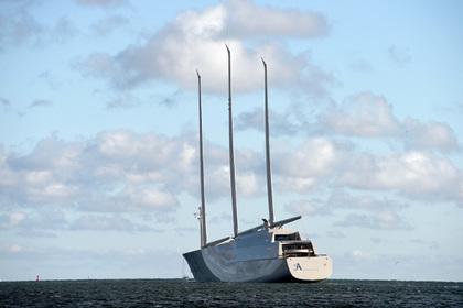 Самая большая лодка с парусами спущена на воду