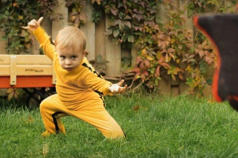 Совсем Маленький Дракон. Забавное видео о бое малыша с игрушечным драконом