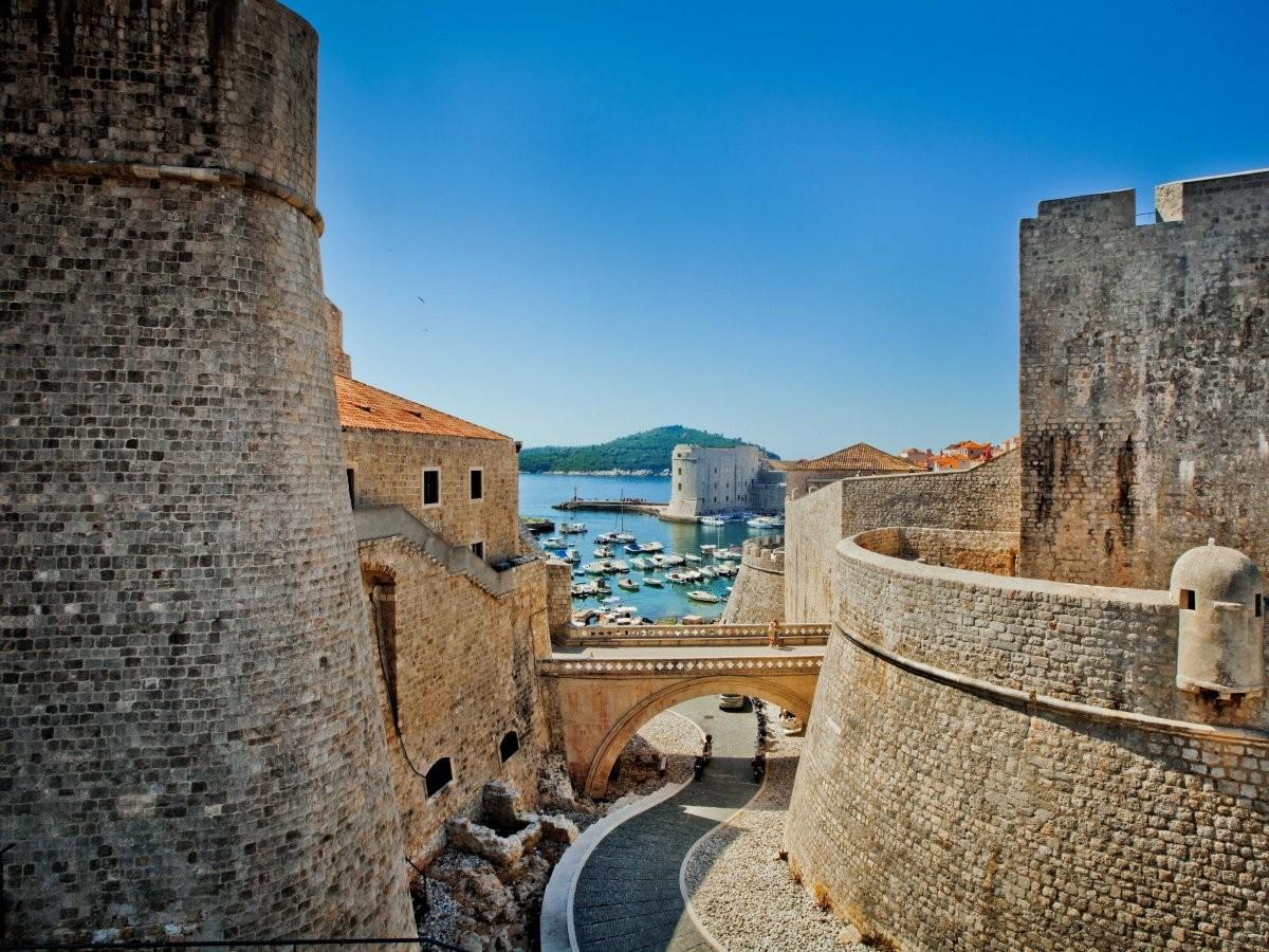 1. Прогуляйтесь под стенами Дубровника, которые защищают хорватский город с VII века.