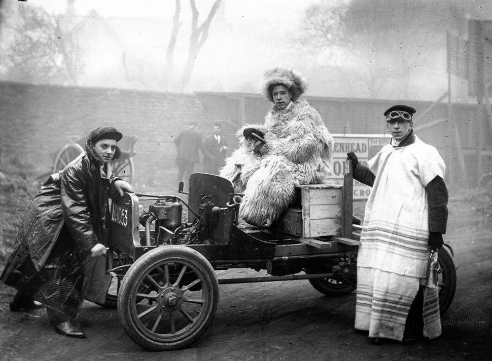 25 января 1907 года. Автомобилисты-любители нарядились для Ливерпульского автосалона. Фото: TOPICAL