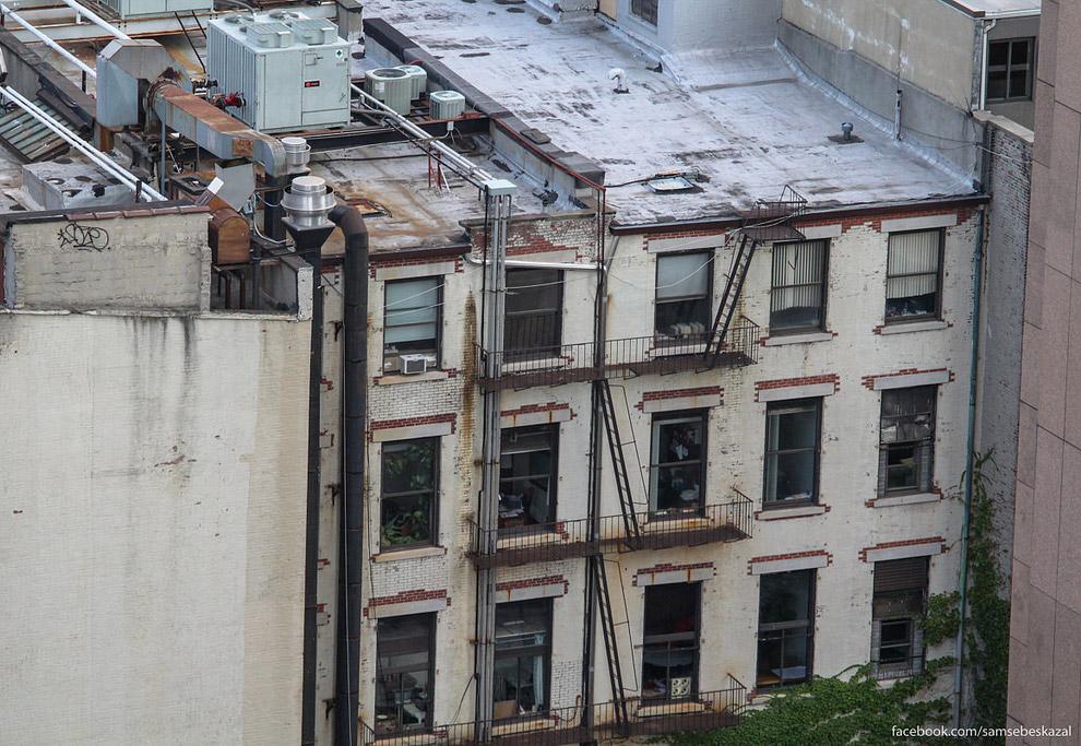22. Дома вдалеке. Слева — крыша крошечная, но даже ее обустроили.