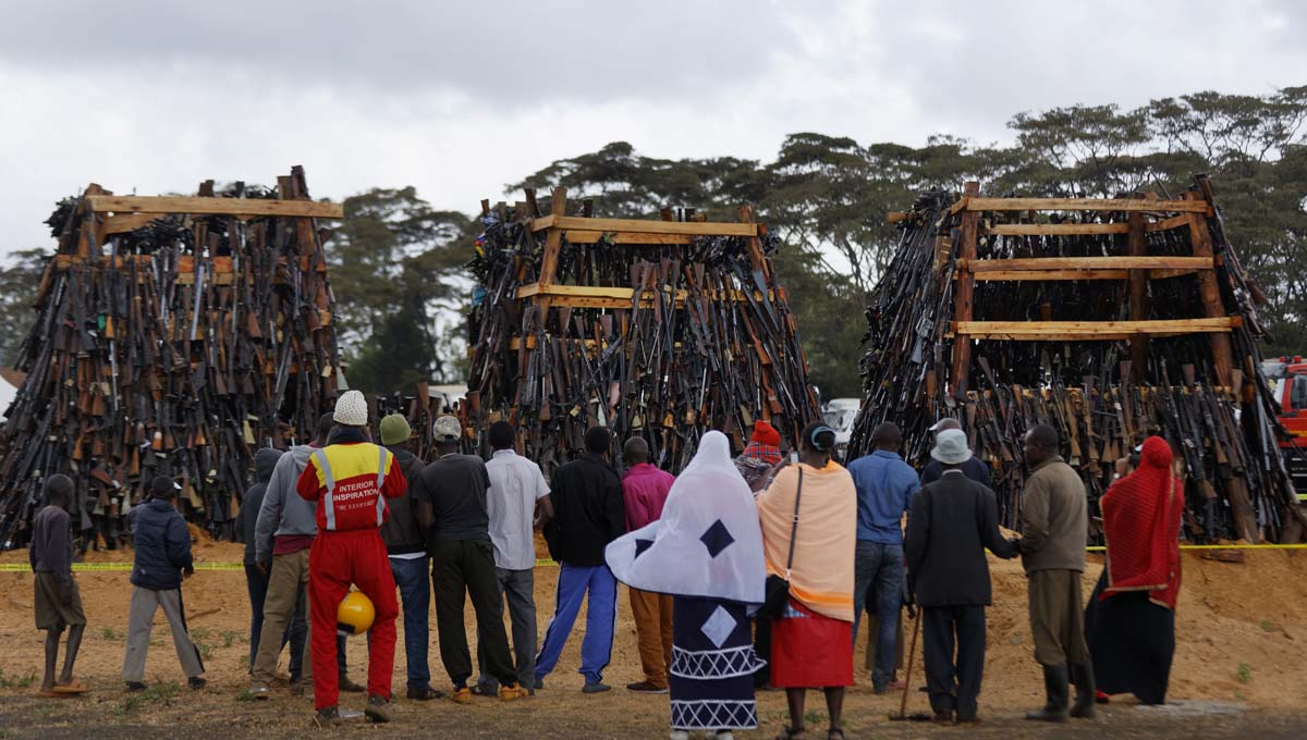 Прощай, оружие! В Кении сожгли 5 тысяч нелегальных стволов (4 фото)