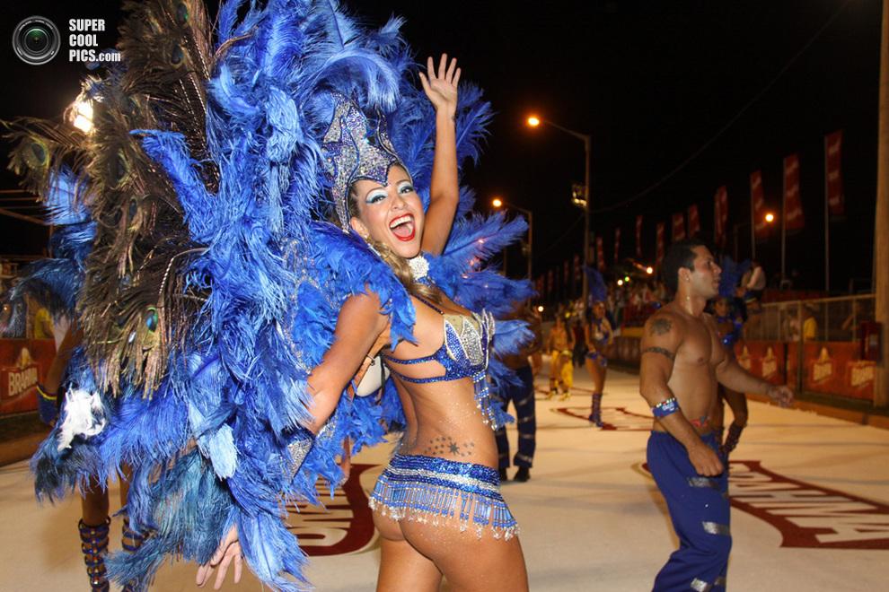 Танцоры и танцовщицы из школы самбыСан-Клементе выступают на карнавале «Льямадас»вЭнкарнасьон