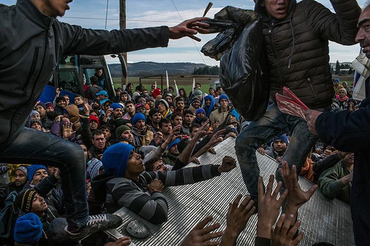 Беженцы из Пакистана, Бангладеш, Марокко, Алжира и Сомали пытаются получить воду, одеяла, подгузники