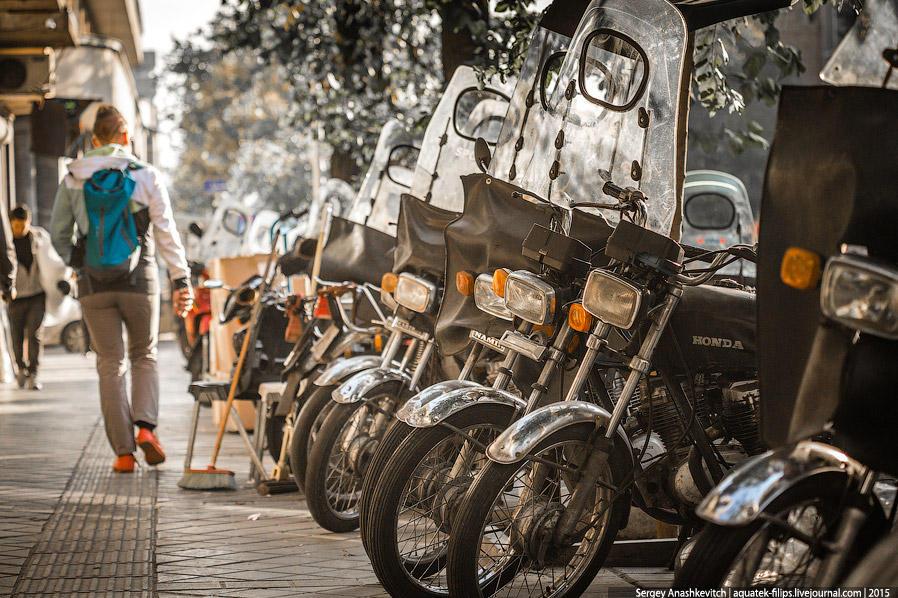 3. В Тегеране безумное количество мопедов, но при этом характер дорожного движения здесь очень сильн