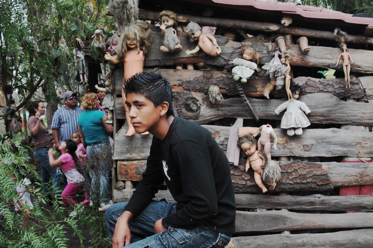 Дон Хулиан начал вылавливать из канала выброшенных или потерянных кукол и развешивать их на деревьях