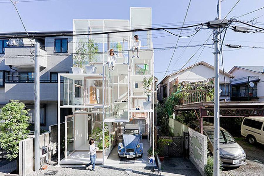 Полностью стеклянный дом построен в Японии. В нем постоянно живут люди, которые не страдают скрытнос