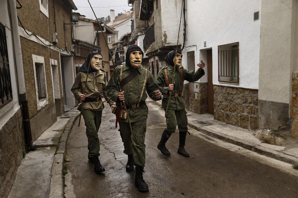 14. Еще один карнавал, на этот раз в испанской деревне Лусон, 14 февраля 2015. (Фото Sergio Per