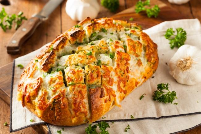 Запеченный хлеб с сырно-чесночной начинкой Ингредиенты: 1 батон 100 г сыра 100 г сливочного масла 3