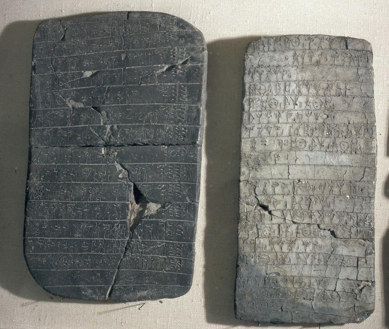 Афины. Национальный археологический музей. Глиняные таблички с линейным письмом B из дворца Пилоса. XIII в. до н.э.