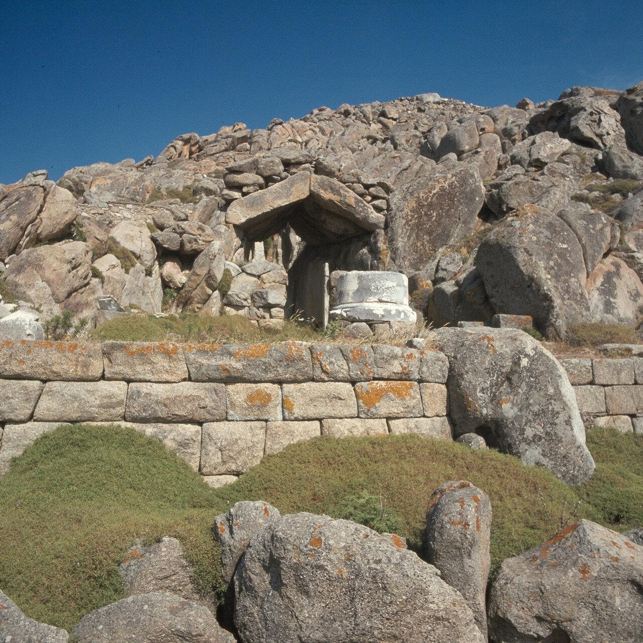 Делос. Архаические культовые пещеры на горе Кинтос