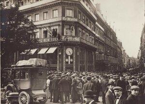 1914. Парижане ждут утренних газет