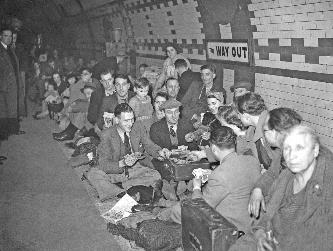1940. Люди пережидают бомбежку на станции метро. 25 сентября
