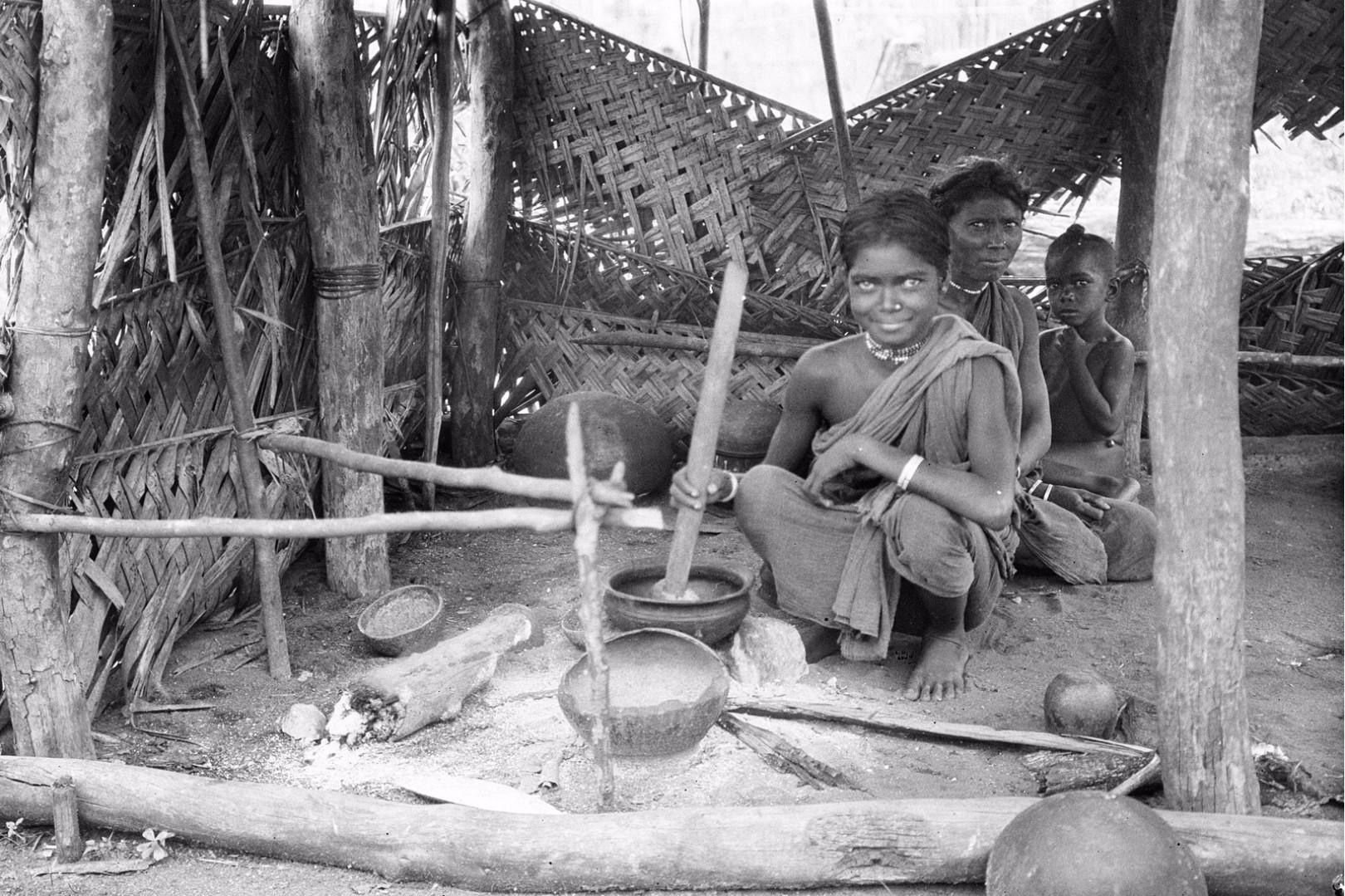 308. Калкуда. Молодая женщина из прибрежных веддов готовит пищу в своей хижине