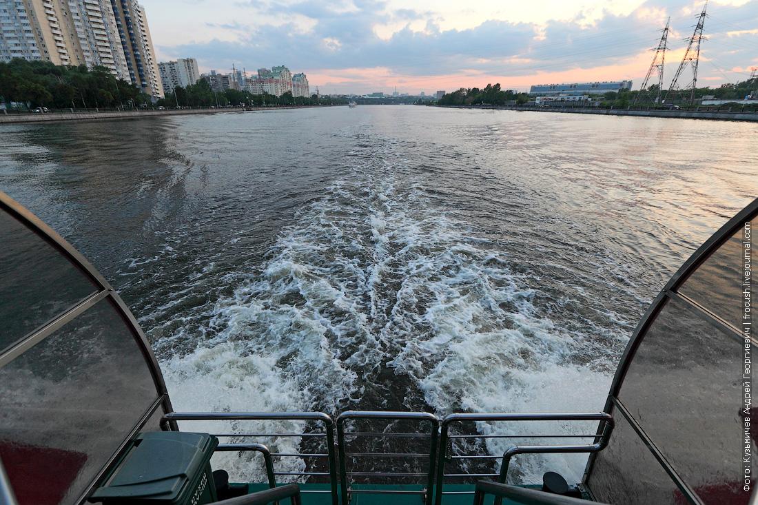 теплоход КолесовЪ идет по Москве-реке фото с кормы
