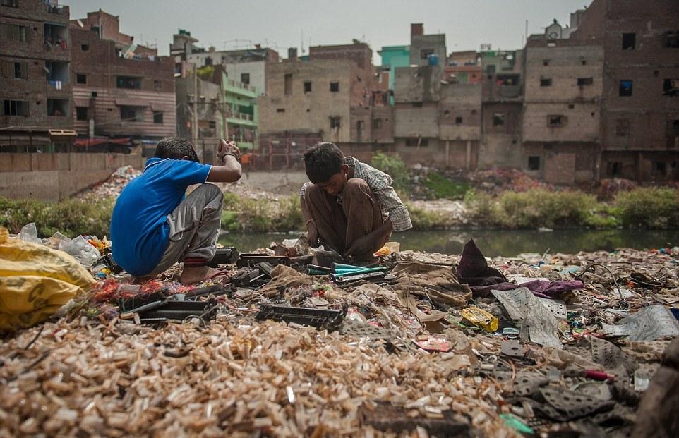Жизнь и работа на кладбище электроники в Индии