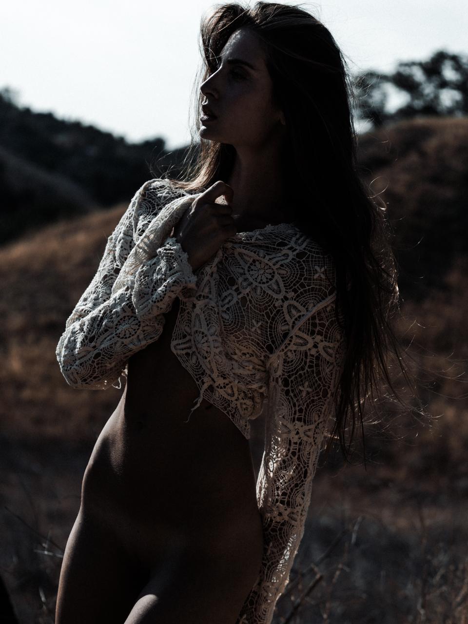 Красивая девушка в поле / фотограф Кеслер Тран - Kesler Tran