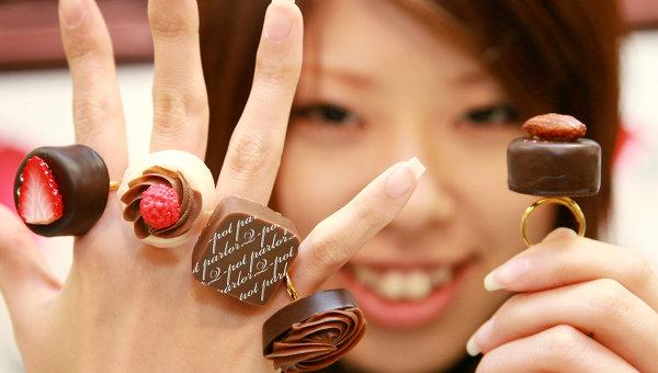 Всемирный день шоколада 11 июля. Девушка с шоколадными перстнями
