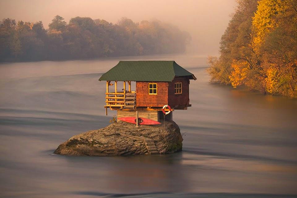 Фотофакт: дом в Сербии построен на скале посреди реки
