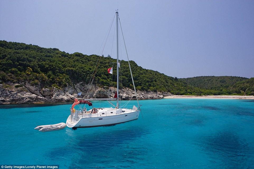 Изумрудная бухта на острове Антипаксос, популярная среди яхтсменов.