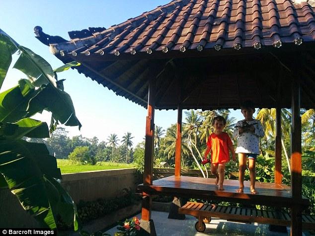 Уинстон и Генри на Бали. Пол и Кэролайн познакомились, когда путешествовали по Кашмиру в 2003 году,
