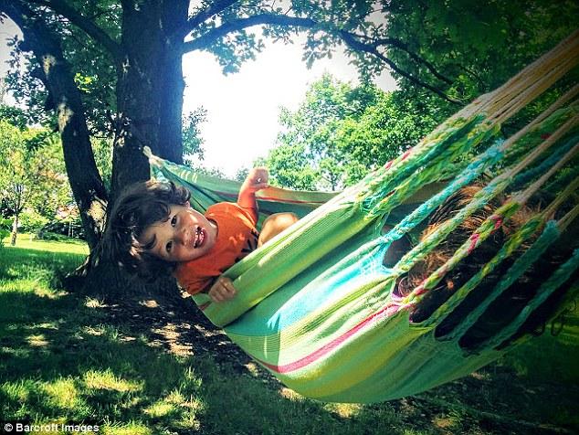 Генри в гамаке в одном из парков Праги. Родители делают с детьми проекты на основе своих поездок. Се