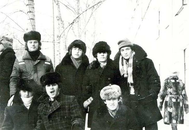 5. Типичная форма одежды для русской зимы (у большинства на фото) — это зимняя куртка с воротником и