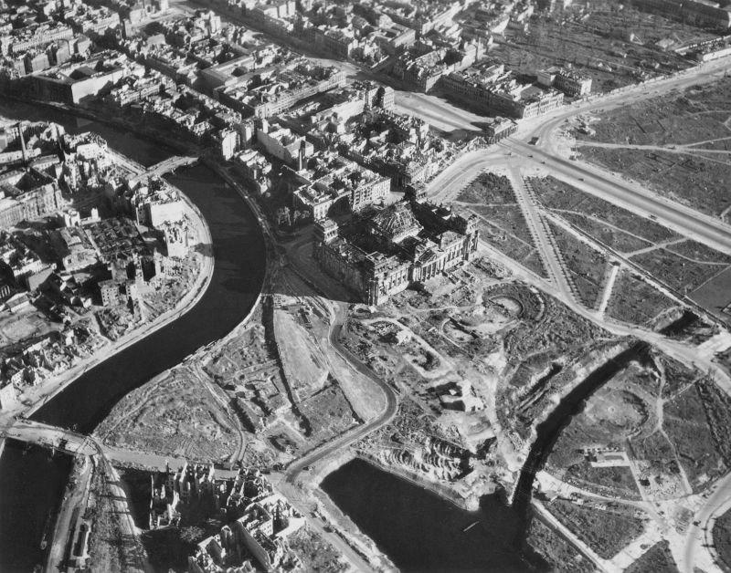 4. Вид на реку Шпрее и Рейхстаг, побитый бомбами и снарядами.
