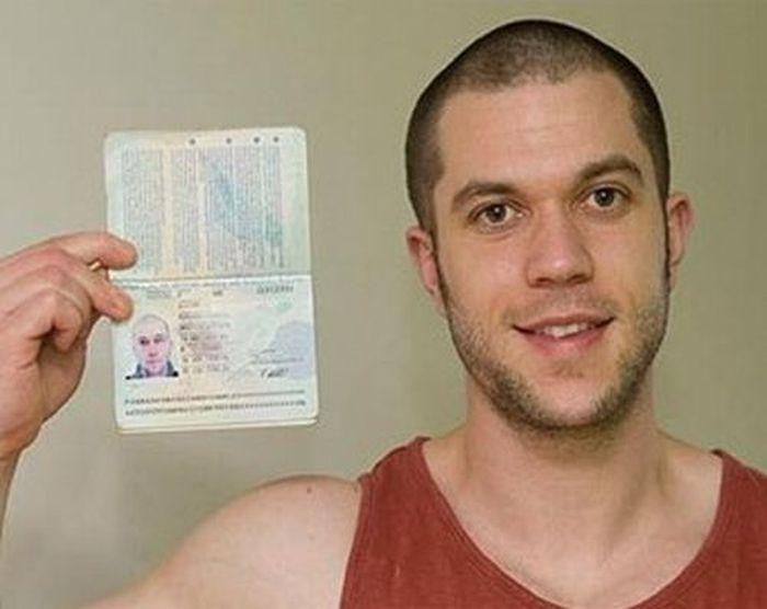 Британец вытатуировал на спине паспорт (2 фото)
