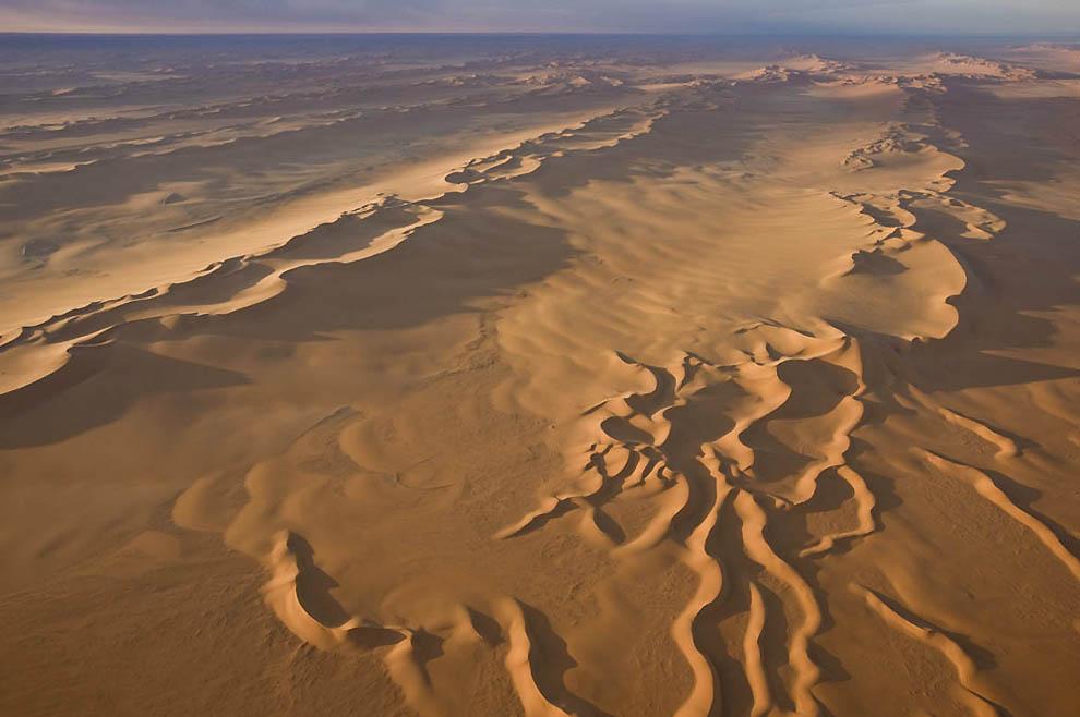 3. Северный край песчаной пустыни Эдейен-Мурзук. (George Steinmetz)