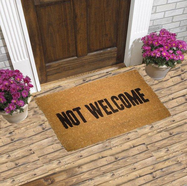 Коврик для любителей черного юмора с надписью: «Вам тут не рады».